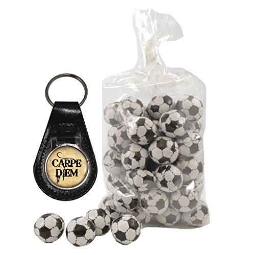 Preisvergleich Produktbild Carpe Diem Schlüsselanhänger aus Leder und 200g Beutel von Milch Schokolade Fußbälle