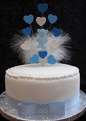 El topper está fabricado con dos corazones shaes de azul y blanco, osito y está acabado con plumas de marabú blanco (se muestra en una tarta de 20cm (no incluido). Se incluye cinta y lazo con esta decoración.