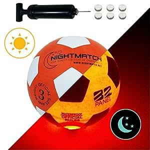 Original NightMatch LEUCHTFUSSBALL MIT BALLPUMPE UND ERSATZBATTERIEN - Junior Edition - toller Kinder-Fussball Ball - helle, sensor-aktivierte LED-Beleuchtung - Größe 3 - Offizielle Größe & Gewicht - Top Qualität - orange/weiss - Nachtfussball