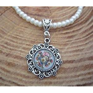 Perlenkette in creme mit dekorativem Trachtenanhänger