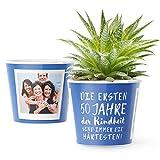 50.Geburtstag Geschenk - Blumentopf (ø16cm) | Lustige Geburtstagsgeschenke für Frau oder Mann mit Bilderrahmen für zwei Fotos (10x15cm) | Die ersten 50 Jahre Kindheit sind immer die härtesten!