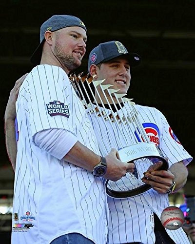 Jon Lester & Anthony Rizzo hold The World Series Championship Trophy During The Chicago Cubs World Series Victory Parade on November 4 2016 at Grant Park in Chicago IL Photo Print (50,80 x 60,96 cm) - World Series Championship Trophy