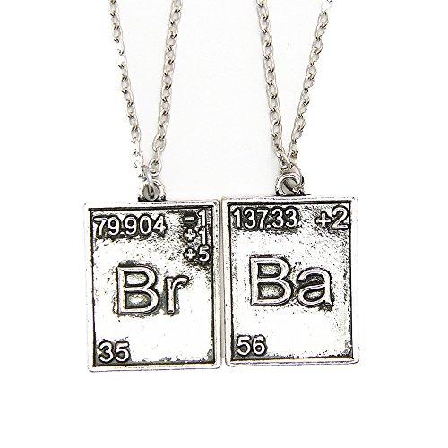 """Paar halsketten und Metall-Anhänger. Fernsehserie BREAKING BAD. Modell \""""Chemische Symbole von Brom und barium\"""". Farbe Silber."""