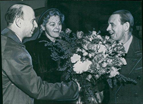 vintage-photo-of-director-gosta-osterman-submit-a-valkomstbukett-to-mr-harvey-firestone-rudeberg-whi