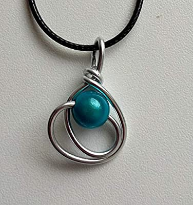 Pendentif fil aluminium argenté et perle bleue