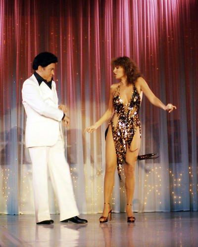 RAQUEL WELCH in Dance Outfit mit Bob Hope tragen Perücke und weißen Anzug 10x 8Werbe Foto -