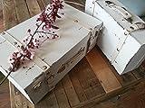 Valigia decorativa in legno bianco anticato con dettagli in pelle. Perfetta per l'allestimento di un matrimonio in stile shabby chic come contenitore per raccogliere buste e auguri dagli invitati, o le bomboniere da donare come ricordo. E' pe...