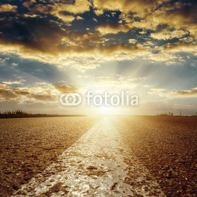 "Poster-Bild 40 x 40 cm: ""sunset in low clouds over asphalt road with central white line"", Bild auf Poster"