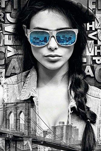 Poster Mädchen mit Sonnenbrille in Brooklyn - Spiegelung der Stadt - Größe 61 x 91,5 cm - Maxiposter
