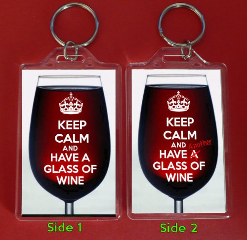 Un grand porte-clés avec inscription KEEP CALM and HAVE a glass of Wine sur le devant et inscription KEEP CALM and HAVE Another verre de vin sur l'envers, superposée sur une image d'un verre de vin rouge ou origine anniversaire Father's Day cadeau idéal pour un amateur de vin rouge.