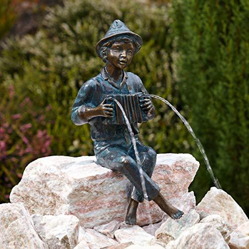 Kunsthandel Lohmann Bronzefigur Rottenecker Sitzender Junge Anton mit Ziehharmonika als Wasserspeier - Gartenfigur