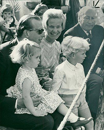 Fotomax Vintage Foto von Der Herzog und Herzogin von Kent, GRAF von St. Andrews und Lady Helen Windsor.
