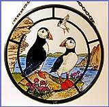 Dekorativer handbemalter Glasmalerei-Sonnenfänger in einer Papageitaucher Design.