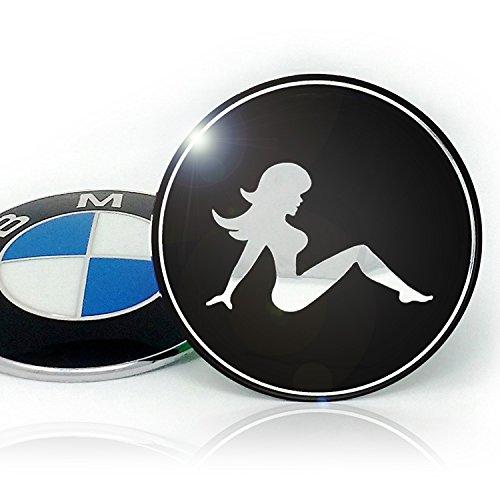 Emblem für Motorhaube/Kofferraum by Emblemdeluxe® | Schwarz/Chrom Aluminium Abdeckung/Aufkleber | Sexy Girl Motiv, Ø 82 mm | Tune Dein Fahrzeug Emblem! Truck Felgen Chrom