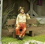 Krippenfigur aus Polyresin. Alte Mann auf Bank. Für 11 cm. Krippenfiguren
