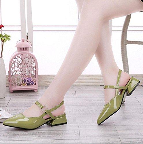 Frau zeigte flache Sandalen Baotou Sandalen mit dicker Gürtelschnalle Lackleder hohle Art und Frauenschuh Green