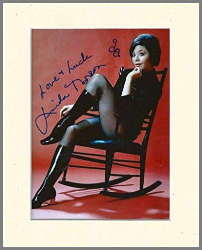 Linda Thorson Avengers (LINDA THORSON AVENGERS TARA KING signierter Autogrammdruck in Sahnehalterung)