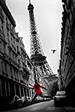 Paris - Red Coat Eiffelturm colourligh - Poster schwarz-weiss Foto - Grösse 61x91,5 cm