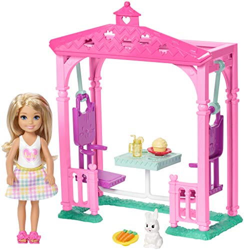 Barbie Famille mini-poupée blonde Chelsea et Pergola pour Pique-Nique avec figurine de lapin et petits accessoires, jouet pour enfant, FDB34