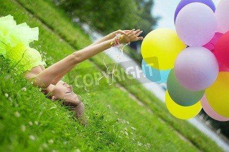 "Alu-Dibond-Bild 140 x 90 cm: ""Bright happy woman holding bunch of colorful air balloons"", Bild auf Alu-Dibond"
