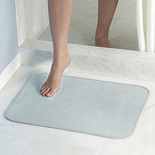 mDesign Alfombra de baño de microfibra - Alfombra de bañera suave y de fácil limpieza - Alfombra para ducha antideslizante - Tapete de baño azul agua