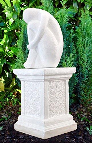 Steinfigur Single auf Säule in Weiss, abstrakte Deko-Figur für Haus und Garten, moderne Statue als Garten-figur