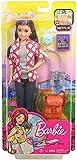 Barbie- Skipper in Viaggio, Bambola Brunette con Fotocamera, Zaino e Altri Accessori, FWV17