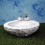 Vogelbad aus Granit in Schalenform (mit 2 Vögele am Rand sitzend)