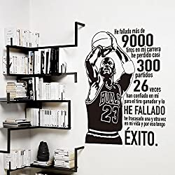 """vinilo decorativo de Michael Jordan """"He fallado más de 9000 tiros en mi carrera, he perdido casi 300 partidos. 26 veces han confiado en mi para el tiro ganador y lo he fallado. He fracasado una y otra vez en mi vida y por eso tengo éxito """". Color negro. Medidas: 60x80cm"""