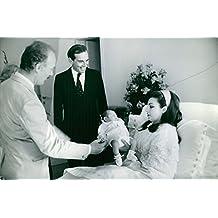 Vintage foto de 1968christaan Barnard con esposa Aletta Gertruida Louw y recién nacido niño en la cama de Hospital.