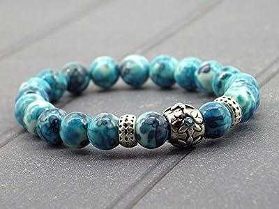 Bracelet chic Miss Chichi en jade blanc teinté en bleu avec perles en métal et cristaux sertis