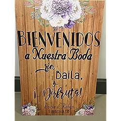 Bienvenidos a nuestra Boda flores con flores azules y fondo de madera.