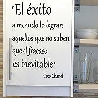 Vinilo con frase sobre el éxito, de Coco Chanel. Color negro. Medidas: