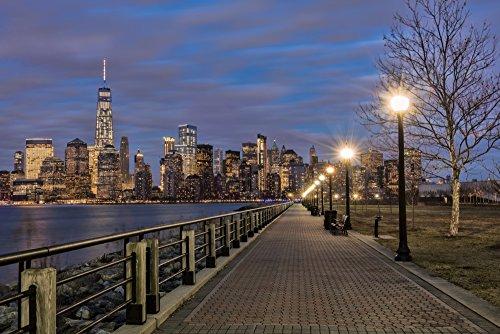 The Poster Corp F. M. Kearney/Design Pics - Manhattan Skyline at Twilight Liberty State Park; Jersey City New Jersey United States of America Photo Print (48,26 x 30,48 cm) -