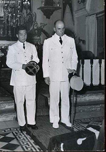 1-photo-noir-et-blanc-service-presse-information-recueil-du-general-de-lattre-de-tassigny-dans-une-eglise-accompagne-d-39-un-militaire