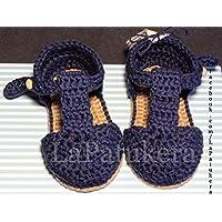 Patucos Sandalias modelo bombón para bebé de crochet, de color azul marino y cámel, 100% algodón, tallas de 0 hasta 9 meses, hechos a mano en España.