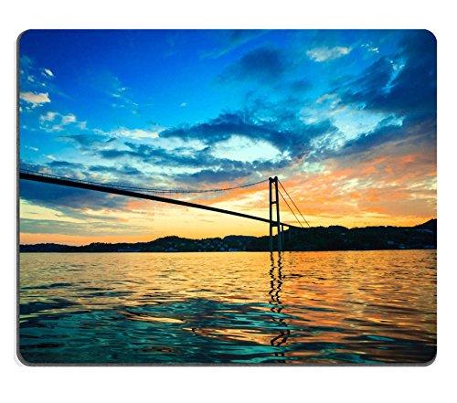 souris-dramatic-coucher-du-soleil-nuageux-ciel-au-dessus-une-surface-de-la-mer-et-de-longue-suspensi