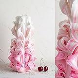 Questa CANDELA INTAGLIATA (ID Prodotto: D06208) è: circa 25 cm di altezza e pesa circa 1300g. È principalmente una candela bianca. Gli strati intagliati hanno delle strisce rosa chiaro. Come TUTTE le mie candele, questa candela intagliata è u...