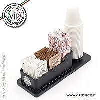 La soluzione ideale per mantenere in ordine il tuoi accessori, palette, bicchierini e bustine di zucchero, pronti per il tuo angolo di caffè. Il porta accessori è uno strumento indispensabile da utilizzare a casa e in ufficio per mantenere se...