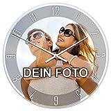 PhotoFancy® - Uhr mit Foto bedrucken - Fotouhr aus Acrylglas - Wanduhr mit eigenem Motiv selbst gestalten (35 cm rund, Design: Klassisch schwarz / Zeiger: weiß)