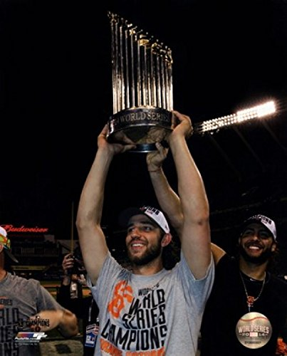 Madison Bumgarner with The World Series Championship Trophy Game 7 of The 2014 World Series Photo Print (40,64 x 50,80 cm) - World Series Championship Trophy