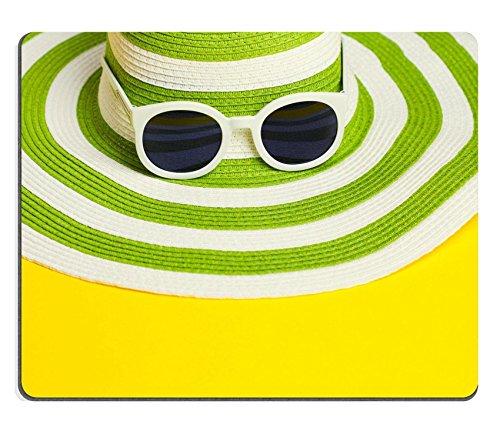luxlady Gaming Mousepad Bild-ID: 31267037Pretty Green Hat mit Sonnenbrille auf Gelb Hintergrund