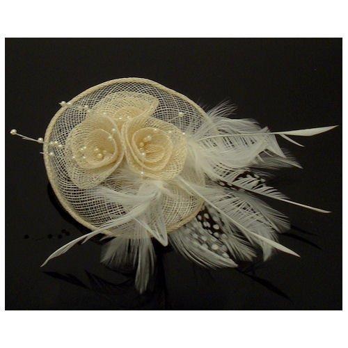 Acosta – Ivoire Crème en Maille avec Perles et Plumes – Rond Floral Corsage Bibi – Broche/Pince à Cheveux