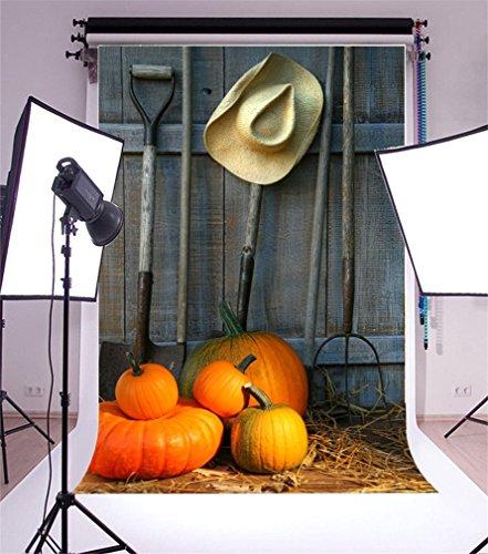 YongFoto 1,5x2,2m Foto Hintergrund Halloween Kürbis Scheune Strohhut Bauernhof Werkzeug Vintage Holzmauer Herbst Ernte Fotografie Hintergrund Fotoshooting Portrait Party Kinder Hochzeit Fotostudio