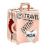 Sug Jasmin - Ciondolo da Viaggio con Scritta Travel with Mom, per Appassionati di Viaggio, Compatibile con bracciali con ciondoli e Rame, Colore: Rose Gold, cod. SJC_DPC_LF067_X04