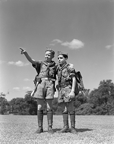 The Poster Corp Vintage Images - 1950s Two Boy Scouts One Pointing Wearing Hiking Gear Uniforms Kunstdruck (55,88 x 71,12 cm)