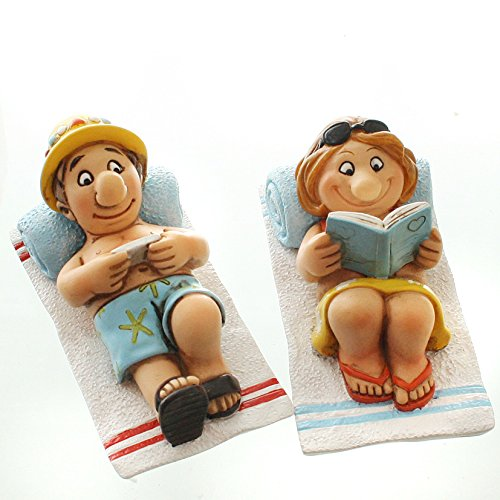 Witziges Urlauberpaar auf Strandtuch mit Buch und Tablett (Urlauber)