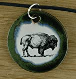 Echtes Kunsthandwerk: Hübscher Keramik Anhänger mit einem Büffel; Bison, Prärie, USA, Souvenir, Geschenk, Kette