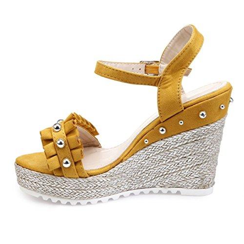 La Modeuse Sandales en Suédine et Présence de Perles Autour de la Chaussure Jaune