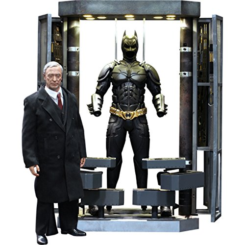 Hot Toys Movie Master Piece - The Dark Knight: Batman Armory with Alfred Pennyworth (Alfred Batman Figur)